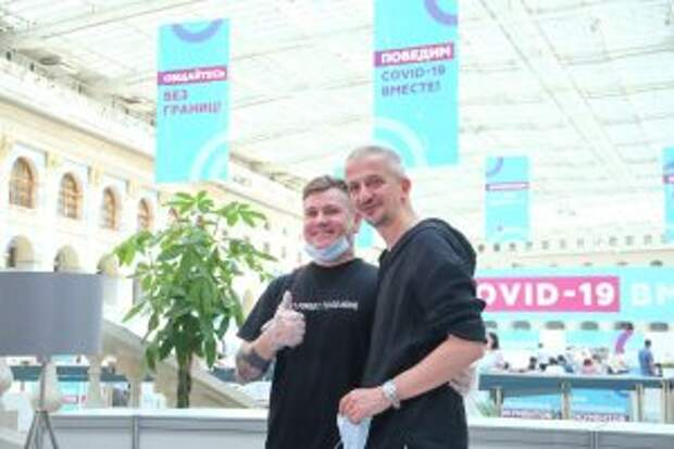 Театральный режиссер Константин Богомолов (справа) во время автограф-сессии в центре вакцинации от COVID-19 в Гостином дворе.