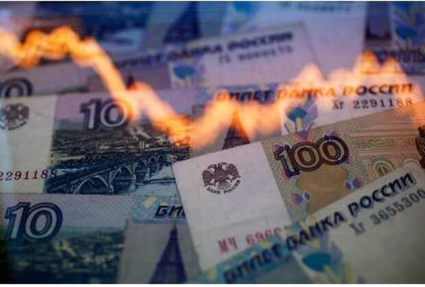 A reflection of a yearly chart of U.S. dollars and Russian roubles are seen on rouble notes in this photo illustration taken in Warsaw November 7, 2014. The rouble recovered on Friday, paring heavy losses as investors anticipated possible action by the central bank to halt a slide that could destabilise Russia's financial system. With the rouble appearing to be in free-fall in morning trade, some analysts said the country was already in the grip of a currency crisis. REUTERS/Kacper Pempel (POLAND - Tags: BUSINESS TPX IMAGES OF THE DAY)