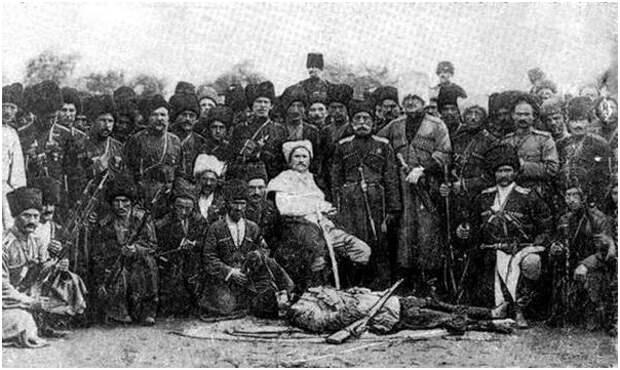 Дагестанский конный полк во главе с поручиком Кибировым (в центре) у тела Зелимхана. Аул Шали, Сентябрь 1913 г.