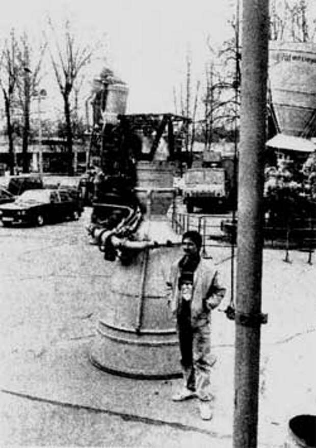 Автор статьи у двигателя НК-33 (модифицированный многоразовый вариант НК-15) первой ступени ракеты Н-1