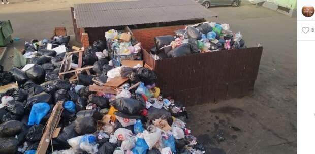 Стихийную свалку бытового мусора вывезли из двора дома на 2-ой Кабельной