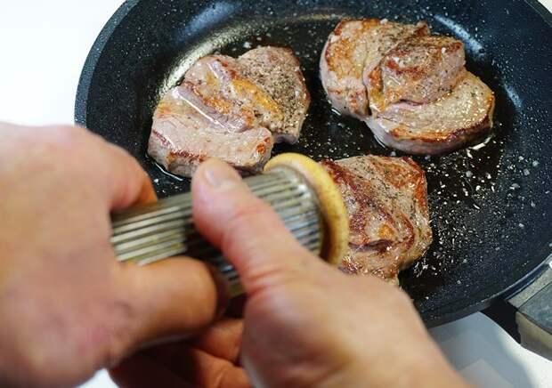 приправка филе-миньона солью и перцем