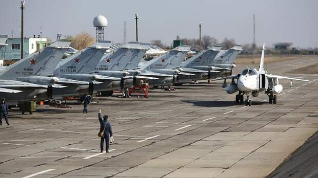 Бомбардировщики Су-24М авиаполка Южного военного округа во время летно-тактических учений в Волгоградской области