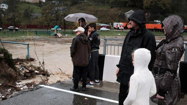 «Мама, мы умрем?»: В соцсетях делятся страшными кадрами потопа на Кубани
