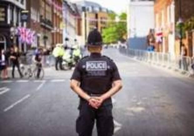 В Лондоне мужчина ранил отверткой двух полицейских