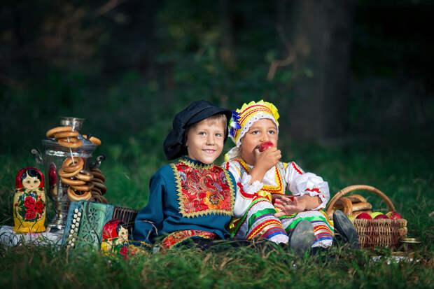 Семейная фотосессия в русском народном стиле летом.