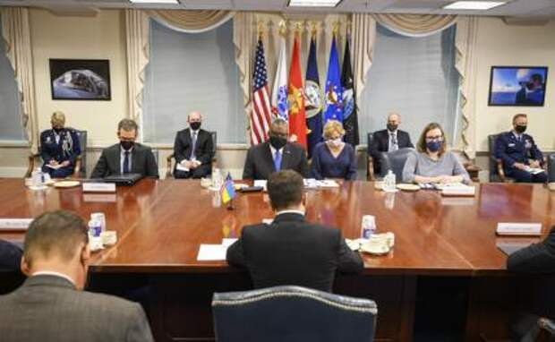 На фото: президент Украины Владимир Зеленский во время подписания ряда документов в ходе его визита в США