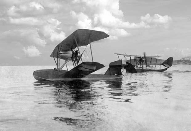 Гидросамолет-истребитель М-11 и гидроплан М-5 (на заднем плане), Баку, 1917 год Георгий Копытов/Public Domain/Wikimedia Commons