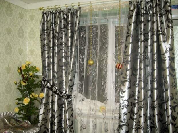 Нежелательно, чтобы и занавески, и шторы были с рисунком. / Фото: pinterest.ru
