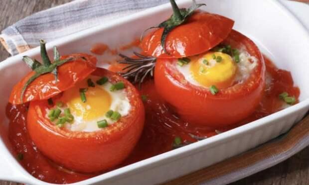 Завтрак готов за три минуты: кладем яичницу прямо в помидор