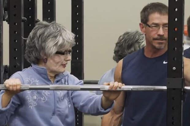 Чемпионка-штангистка переоделась в бабушку и преподала урок молодым качкам