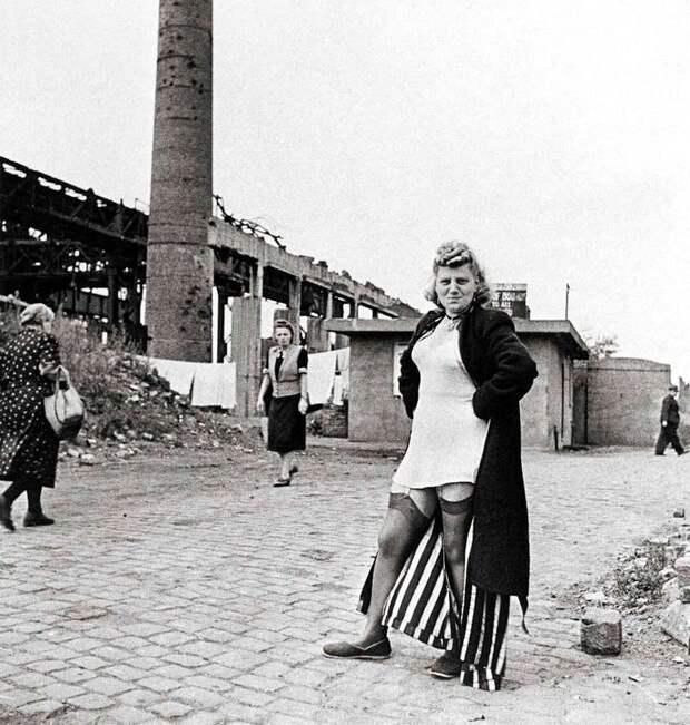 Германия, Ессен, 1947 год - Немецкая проститутка вблизи остатков заводов Круппа
