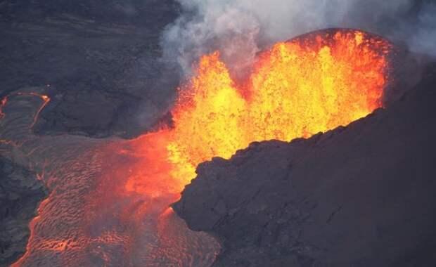 На Гавайях начали жестко наказывать за селфи с вулканом