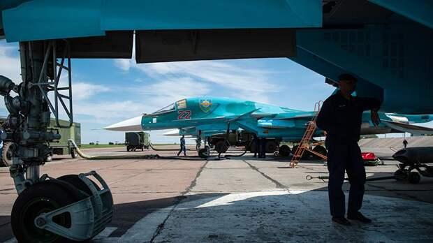 Летно-тактические учения многофункционального истребителя-бомбандировщика СУ-34 с применением неуправляемых авиационных ракет и авиационных бомб С-13 на военном аэродроме Шагол