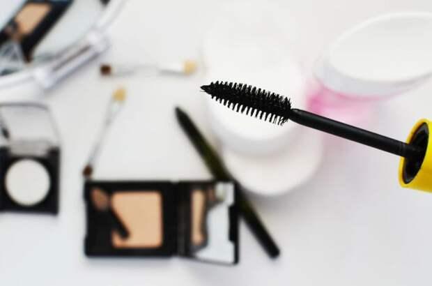 С этим лайфхаком пользоваться тушью можно будет намного дольше. /Фото: polishedforpennies.com