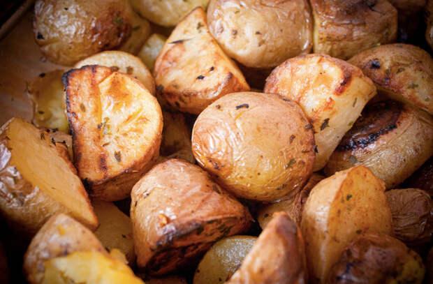 Бросаем картофель в кипящую воду, а потом запекаем 20 минут: получается как в ресторане