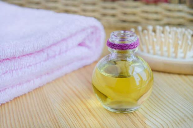 Когда мицеллярная вода закончилась, пора идти на кухню за маслом. /Фото: dlyarostavolos.com