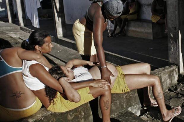 10. В тюрьмах, без сомнения, тяжело. Женщины находят поддержку и успокоение друг у друга, так как власти больше не помогают им. Беременные заключенные очень уязвимы, и о них заботятся другие сокамерницы. В отличие от бытующего мнения, тот факт, что некоторые заключенные виновны в ужасных преступлениях, не лишает их дружбы и сострадания. (Luiz Santos)