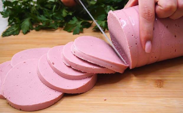 Домашняя колбаса в кастрюле: варим всего два часа и можно нарезать на бутерброды