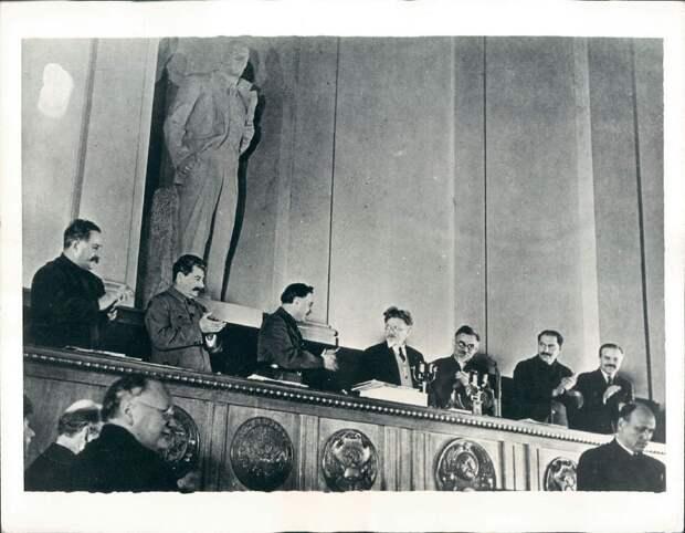 1935. Москва. Партийные боссы в Кремле на открытии конгресса