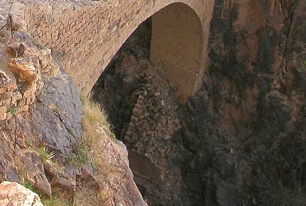 Мост Шехара - видны разрушенные части от предыдущей постройки