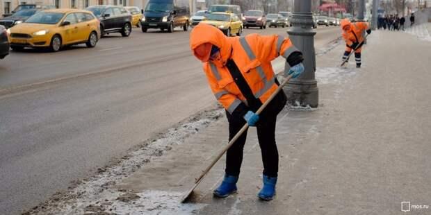 Коммунальщики очищают от наледи Верхнюю улицу