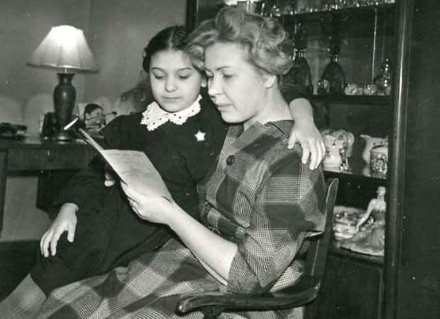 Актриса с дочерью, Наташей Бондарчук | Фото: kino-teatr.ru