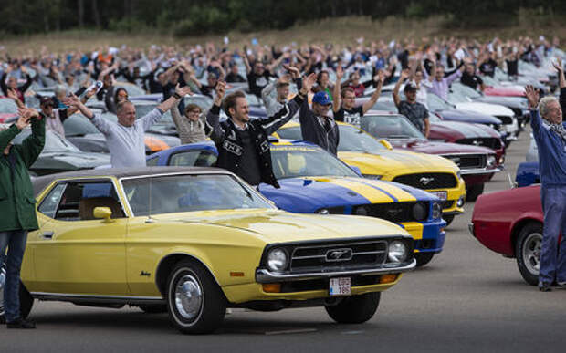 Табун Мустангов в одном месте? Ford установил мировой рекорд парада