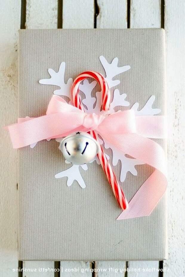 Упаковка подарков с бумажными снежинками