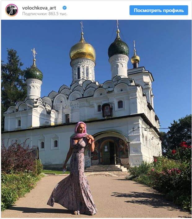 «Хоть бы грудь прикрыла перед господом!»: Волочкова посетила храм в откровенном платье (ФОТО)