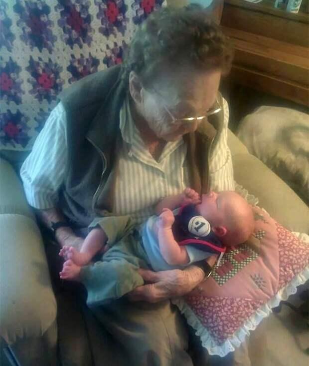 Разница в вечность: прабабушки со своими правнуками, чья разница в возрасте составляет больше 100 лет