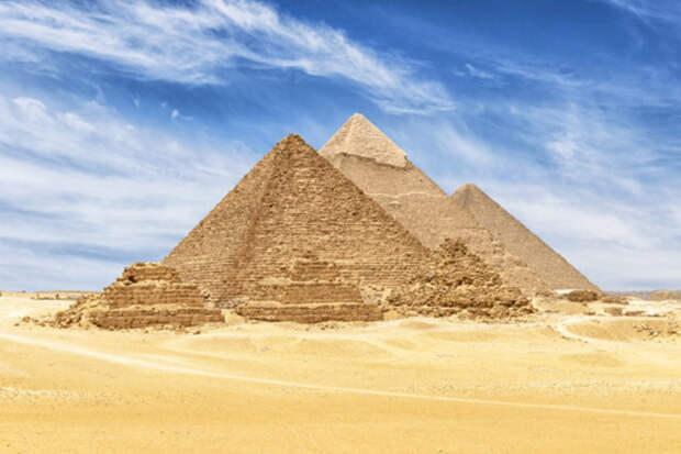 Комплекс египетских пирамид в Гизе.