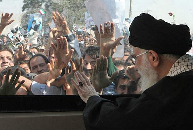 Несмотря на то что в гараже рахбара хватает бронированных иномарок, Хаменеи часто предпочитает передвигаться в автобусе, дабы поддержать имидж близкого к народу лидера.