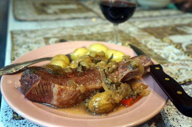 Фото к рецепту: Тушеная говядина с баклажанами