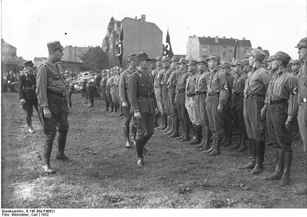 Немецкие штурмовики с пулеметами, пушками и самолетами