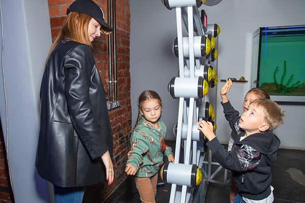Беременная Наталья Подольская с сыном на открытии Музея восстания машин
