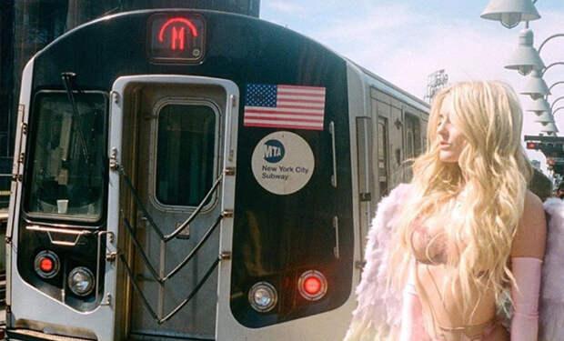 Женщина надела купальник и отправилась кататься на метро