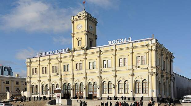 На изображении может находиться: небо и на улице, текст «вокзал»