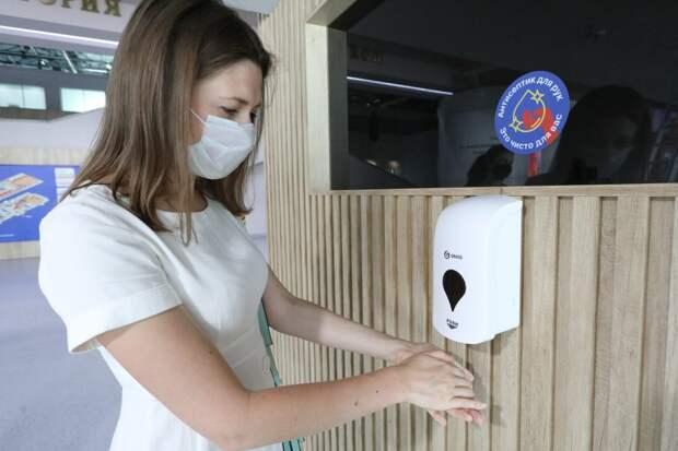 Прикоснувшись к использованной маске, вымойте руки с мылом или используйте средства для дезинфекции рук на спиртовой основе// АГН «Москва»
