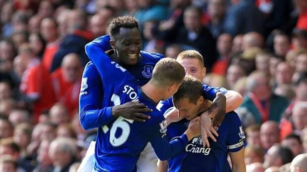 Фил Джагелка («Эвертон») с партнерами празднует гол в ворота «Ливерпуля»