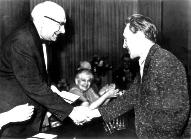 1960, июнь - Вручение диплома педагогом В. Л. Ершовым