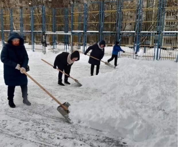 Cотрудники расположенных в Лианозове учреждений помогли расчистить катки