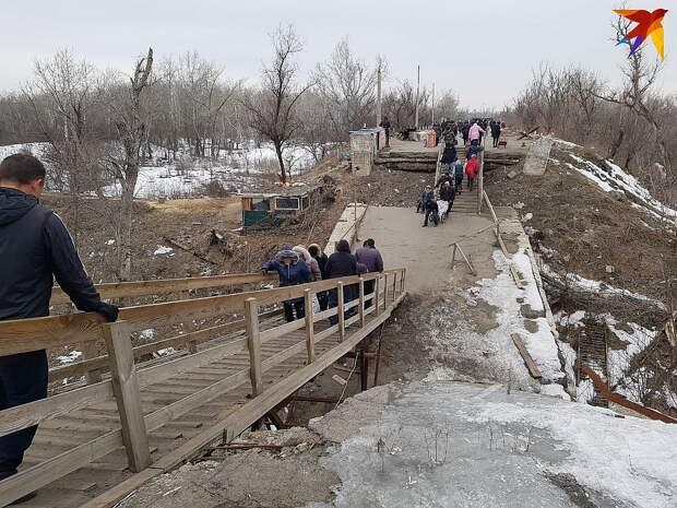 Идея трибунала над Порошенко пришла Линдеманну в феврале 2019 года, когда он увидел людей, бредущих по этому разрушенному мосту в Станице Луганской