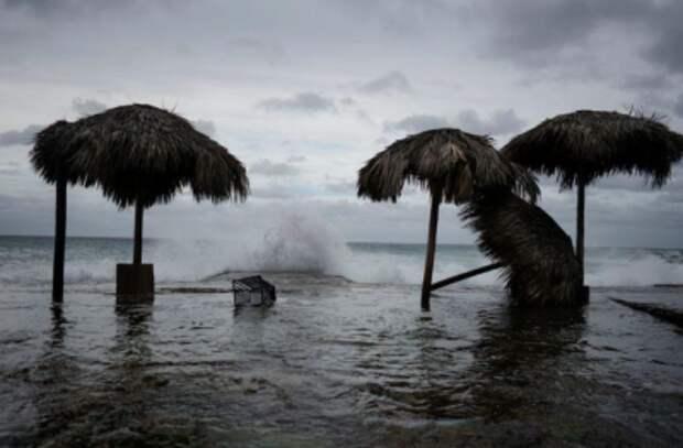 "Волны во время тропического шторма ""Лаура"" в Гаване, Куба, 24 августа 2020 года. REUTERS/Alexandre Meneghini"