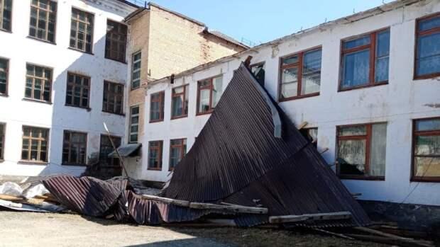 Сильный ветер сорвал кровлю в школе и поликлинике в Приморье