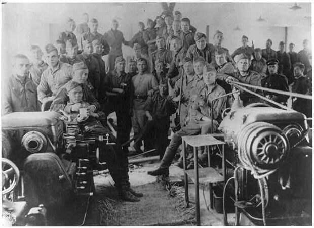 Советские солдаты в процессе демонтажа оборудования