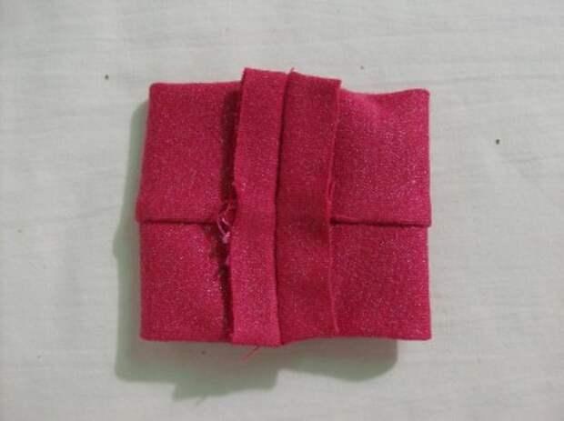 Женственный топ с асимметричным поясом эффекта запаха