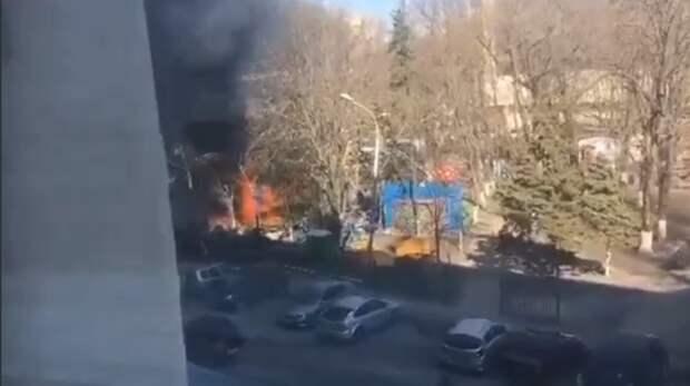 Крупный пожар потушили рядом сТЦ«Сокол» вРостове