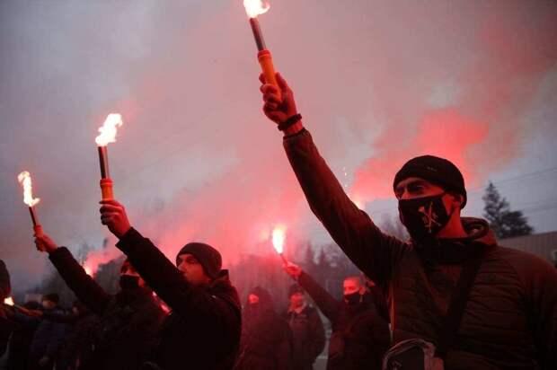 Украинские нацисты забросали дымовыми шашками посольство России