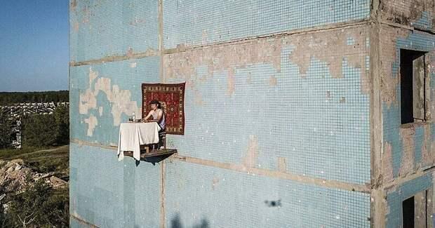 Самарский художник выпил и закусил на четвертом этаже заброшенной панельки